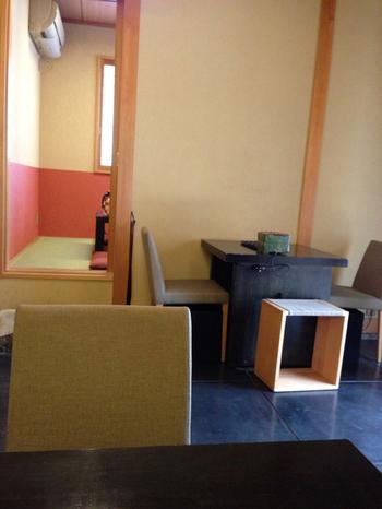 和洋折衷の店内にはテーブル席のほか、ゆったりとくつろげるお座敷も用意されています。