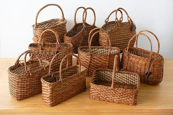 こちらは青森県の伝統工芸、あけび細工で作った美しいかごです。青森県では古くから東北地方の山里に生育する良質なあけびの蔓を使って様々な工芸品が作られており、民藝の名品として広く親しまれています。丈夫なあけびの蔓でできたかごは耐久性があるので、大切に使えば親から子へと受け継いでいくことができます。