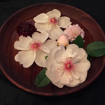 水盤がなくても手持ちのお皿やプレートにお花を浮かべてみましょう。1~2種類くらいでも、お花があることでテーブルがパッと明るくなりますよ。