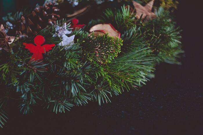 モミの木の枝や松ぼっくり、クリスマス・オーナメントをアレンジしてみても◎ツリーを飾らなくても手軽に気分を味わえます。