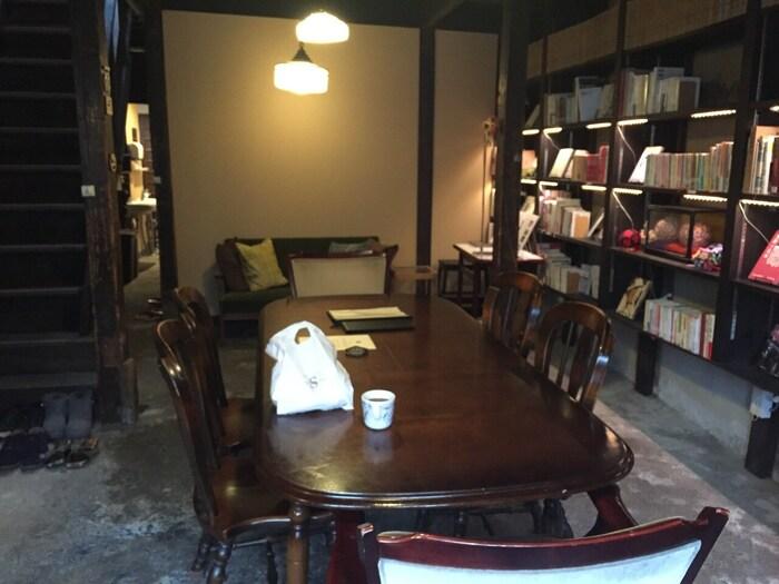 客室を含め4棟から成り立っており、共有スペースにも力を入れています。特に図書室では、日本文化に興味を持っている方同士が交流しやすいよう、寺社仏閣の本や京都や奈良の古書店で手に入れた希少な写真集など、町家ならではのレトロな空間で本の世界に浸ることができます。