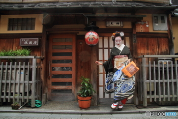 祇園といえば「芸妓さん・舞妓さん」の街ですよね。  舞妓さんたちの春の風物詩「都をどり」を見るなら、事前にチケットの購入を。