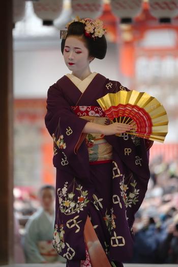 舞台はいつもは「祇園甲部歌舞練場」ですが、ただいま耐震工事中のため、「南座」など別の場所で開催されているそう。
