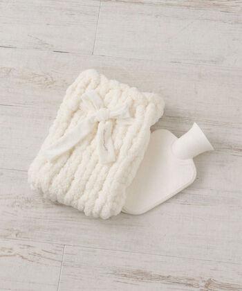 """極太の毛糸で編まれているからできる""""ふわふわ感""""が気持ちいいチャンキーニットの湯たんぽ。ベロアのリボンがついたガーリーで清楚感のあるデザインは、見た目も肌触りも女性心をくすぐりますね。"""