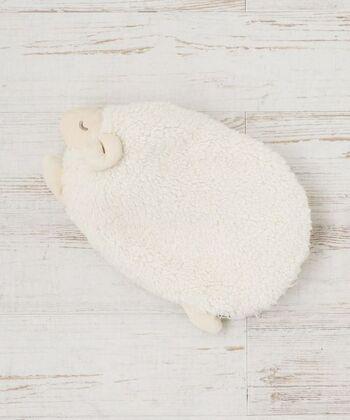 目を閉じたヒツジの表情がキュートな湯たんぽ。ぬいぐるみのようなデザインはソファーやベットに飾っても可愛いですね。もこもことした肌触りが心地よく、ぽかぽかムードを高めてくれます。