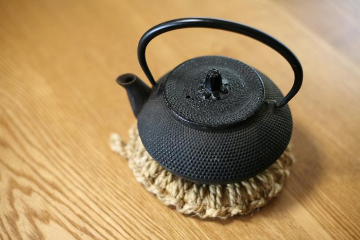 はじめにご紹介するのは1817年創業の老舗、「南部文秀堂(なんぶぶんしゅうどう)」の鉄器の急須です。南部鋳鉄工芸は藤原氏の全盛時に創製されたと伝えられており、およそ900年以上もの長い歴史を持つ伝統工芸です。高度な職人技術によって上質な加工が施された南部鉄器の急須は、日本のみならず海外でも高い評価を得ています。