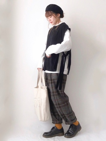 サイドに大きくスリットが入った存在感のあるニットベスト。リボンの結び方や合わせるシャツの色で違った雰囲気が楽しめます。  チェックパンツやベレー帽を合わせていて、秋冬らしい着こなし。マスタード色の靴下が落ち着いた色味のコーデに映え、素敵な差し色に♪