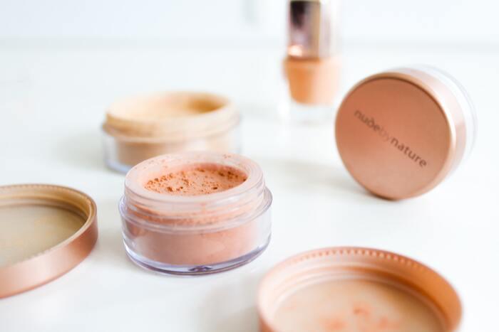 ミネラルを主成分として作られているファンデーションは、石鹸で簡単に落とすことができる上にミネラルの光の拡散効果によって、日常の紫外線から肌を守ってくれるので、特に敏感肌の方にはおすすめです。