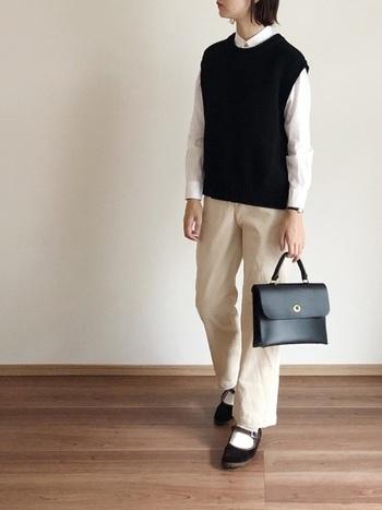 ややコンパクトなサイズの上品なニットベストは、シャツのボタンを上まで留めてきちんと着こなすと魅力がアップ。  お仕事にも対応できる、落ち着いた雰囲気が魅力のコーディネートです。