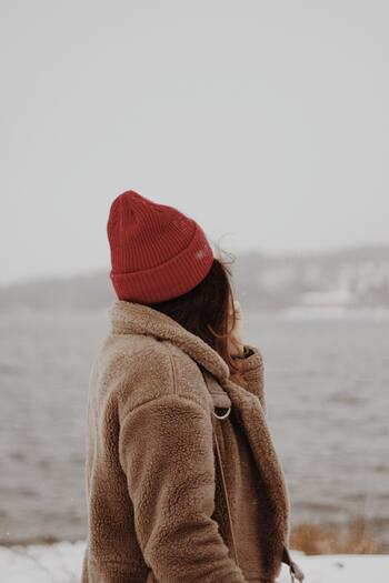 寒さの厳しい屋外にいるときはちょうど良くても、室内に入ると暑すぎて汗をかくようでは、また屋外に出た際に汗で冷えて風邪をひく原因にもなりますね。両方で快適に過ごすためには、「保湿性・通気性」ともに優れていることが大切です。