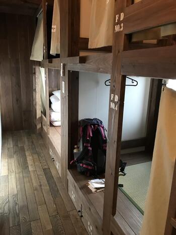 お部屋は男女混合ドミトリー、女性専用ドミトリー、個室2部屋の4部屋に分かれています。ドミトリーは二段式ベッド、最大2、3人の個室は小上がりの畳部屋が用意されており、どの部屋も木の温もりを感じて安心して眠りにつくことができますよ。