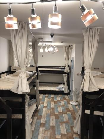 お部屋は男女混合ドミトリー、女性専用ドミトリー、和モダン個室の3部屋に分かれています。ドミトリーの二段式ベッドは揺れが少ない設計となっており、貴重品ロッカーも利用できる点が安心できますね。