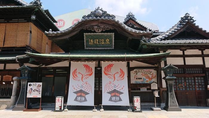 日本で最古といわれる道後温泉。その中でも代表的な道後温泉本館は、国の重要文化財にも指定されています。映画「千と千尋の神隠し」の舞台となっていたり、夏目漱石の小説「坊つちゃん」にも登場するなど、風情ある佇まいはあらゆる時代で人々の心を掴んでいます。ゲストハウスからは徒歩2分と好アクセスです。