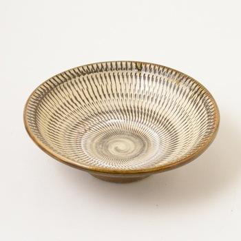 こちらは300年以上もの長い歴史を持つ大分県の伝統工芸、「小鹿田焼(おんたやき)」の器です。小鹿田焼は柳宗悦やバーナード・リーチらに高く評価され、民藝の器としても広く親しまれています。