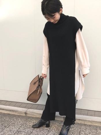 大胆なスリットが印象的なニットベスト・ワンピース。 いつものトップス+パンツスタイルに重ねるだけで、雰囲気ががらりと変わります。  きちんと感のあるバッグやヒールブーツをプラスして、お出かけにぴったりのコーディネートに。