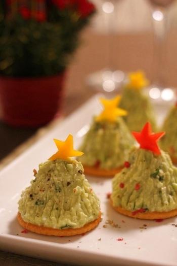 アボカドディップをクリスマスツリーに見立てたフフィンガーフード。カッテージチーズと合わせてあっさりと。アボカドはレモン汁を加えることで色止めになります。