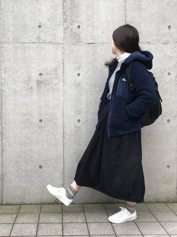 フリースのフードつきアウターは、少し大きめのサイズでゆったり着こなすのがおすすめ。今の時期ならロングスカートと合わせて旬な着こなしに。