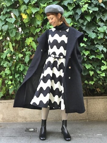 ウエストを同柄のリボンできゅっと結ぶワンピースは、可愛らしくも女性らしくもあるどこかレトロなデザイン。同じくらいの丈のコートと足首がすっきり見えるショートブーツを合わせて、可愛くなりすぎを防止しましょう。