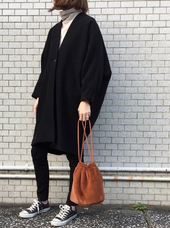 コクーンシルエットなコートに、シンプルスキニーがお似合いのコーデ。差し色にブラウンのバッグを持てば、クールなコーデがほっこりにシフトします。