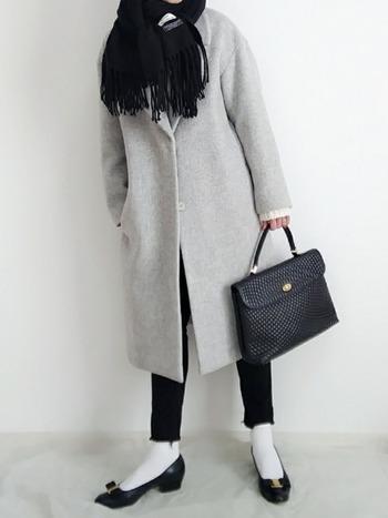 寒い日は、ロングコート+厚手のストールをしっかりと巻いて、足元もタイツではなくスキニーでスマートに防寒。白ソックスと黒パンプス・バッグでワンランク上のお洒落感も満喫!