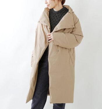厚手のダウンコートなら、薄いインナーでも暖かくすごせるので着込まずにおしゃれが楽しめるという利点があります。カジュアルなイメージが強いですが、ショールカラーやミドル丈を選ぶとフェミニンコーデにもマッチします。