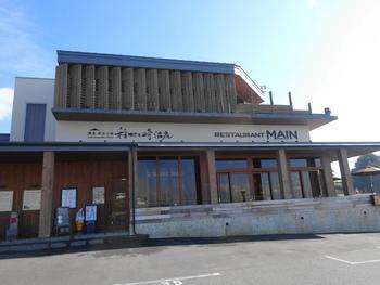 由比ヶ浜海岸を長谷方面に歩き、そのまま坂を登っていくと、江ノ島や七里ヶ浜の眺望と共に現れるのが「稲村ケ崎温泉」です。歩くと距離がありますが、お散歩コースにはぴったりなので、日頃の運動不足解消したい方はぜひチャレンジしてみてくださいね。電車で行かれる場合は、江ノ電の稲村ヶ崎駅で下車しましょう。