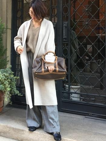 重厚感のあるスポーティーなボストンバッグは、気取らずにいつものコーデにプラスするだけで、こなれ感のある大人な印象に。お父さんが持っていそうな、どこか男性的なレトロっぽさも魅力的ですね。