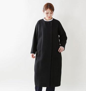 黒のロングコートは、冠婚葬祭やパーティーなどドレスやスーツの上から合わせやすいので、一枚は持っていると重宝します。素材は上質なものを選びましょう。