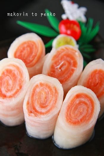 続いては、なますを使った正月らしい一品。スモークサーモンをのせて巻くだけで、紅白が映えるオードブルに。酸味と旨味、食感が好相性で美味しいですよ。