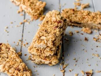 カフェで売られているような、おしゃれな見た目のグラノーラバー。数種類のナッツを使って食べ応え満点のおやつに仕上がっています。こちらのレシピでは砂糖を使っておらず、カロリーも抑えられそうです。ザクザクとした食感が美味しそうですね!