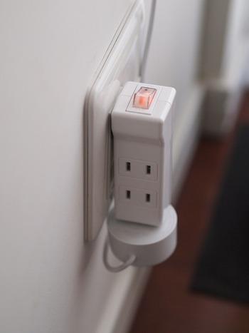 節電タップなどを使うと、コンセントを抜き差しせずに電源をオンオフできるようになるので便利ですよ。頻繁に使うもののコンセントには、こうした節電タップを取り付けておきましょう。  節電タップを付けることで、家族の意識も自ずと高まります。