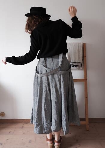 スカートスタイルの場合は丈が長めのショーツや腹巻き付きのパンツ、レギンスで、冷えを感じないよう腰回りをしっかりとカバーしましょう。