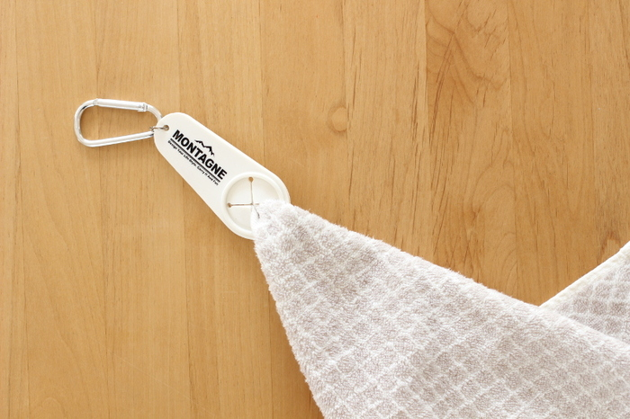 バッグにタオルが入っていても、すぐに取りだせないと結局使わないままになってしまうものです。  こちらは100円ショップで売っているホルダーで、ハンドタオルの端をぎゅっと押し込み、バッグにカラビナをつけておくことで、タオルが迷子になるのを防ぎます。いつでも使える状態にしておくよう、努力するのも大切ですね。