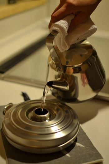 湯たんぽには、エアコンのようにお部屋を乾燥させず、体を穏やかに温めてくれるというメリットが。大切な人へのプレゼントとしてもおすすめです。