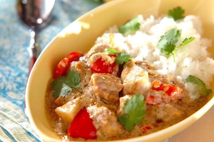 ココナッツミルクとカレールゥで作る、簡単タイ風カレー。 まろやかでスパイシーな味わいがたまりません。最初に鶏肉をこんがりと焼いているので旨味も凝縮。辛さは控えめなので、お子さんでも食べやすい◎