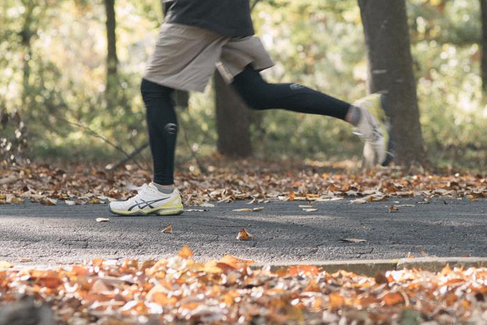 基礎代謝の約38%をしめているのが筋肉なので、筋肉の量が少ないと生み出せる熱の量も少なくなってしまいます。特に女性は男性に比べると体重に対する筋肉の量が少ないので、運動での血流量や発熱が少なくなり、冷えやすいと言われています。