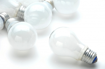 グランド・バザールなどで購入したトルコランプを日本で使用する場合は、電圧はトルコの220vに対して日本は100vなので、コンセントの変換器を使えば大丈夫。また、美しい光を楽しむには日本の電球と交換するのがおすすめ。10w100vあたりの電球を使うことが多いようです。