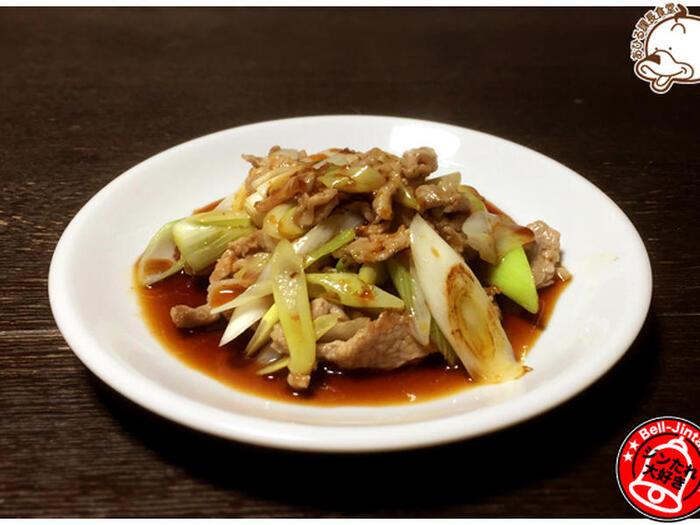 ジンギスカン鍋で長ネギと豚こま肉をさっと炒めて、ジンギスカンのたれをかけるだけの「長ネギスカン」。シーズニングをするときの鍋慣らし料理としても◎