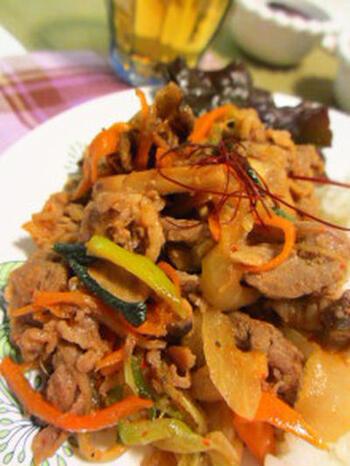 韓国の家庭料理の定番「プルコギ」は、ジンギスカン鍋を使って作ります。こちらは牛肉と干したキノコ、野菜を使ったヘルシーなレシピ。ご飯にかけて丼風にしても、レタスに巻いて食べても美味しいですよ♪