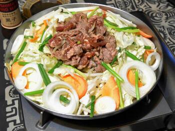市販の焼き肉のたれを使えば、もっと手軽にジンギスカン鍋が楽しめますよ。ラム肉と野菜をたっぷりと入れて、ヘルシーディナーの完成です!