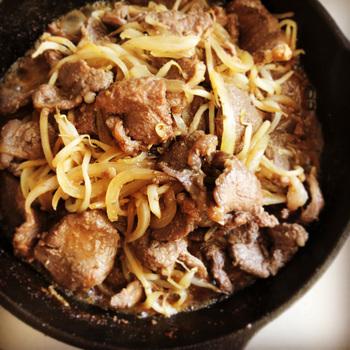 羊肉と野菜がたっぷりと食べられる、とってもヘルシーな「ジンギスカン鍋」。専用のお鍋を手に入れて、本格的なジンギスカンをおうちでも楽しんでみませんか?