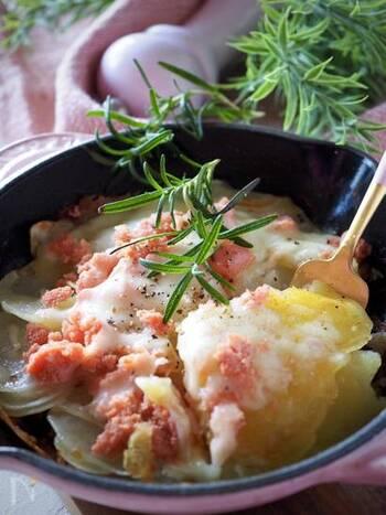 スライスしたじゃがいもを鍋で蒸し焼きにし、明太子と溶けるチーズをトッピング。カリカリ&とろーりな舌触りがくせになる、ボリューム満点のレシピです。