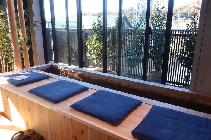 こちらは富士山の溶岩プレートの溶岩足湯。鎌倉の街並みを見ながらゆっくりじんわり足湯を楽しむ事ができます。足湯をしながら賑わう小町通り眺める…鎌倉の贅沢な過ごし方ですね。