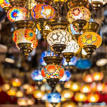 トルコの民族色の強いデザインは、トルコキリムと呼ばれます。それぞれの幾何学模様に魔除けや豊穣などの意味が込められています。縁起のいいものですから、ぜひ身近に置いてみたいですね。