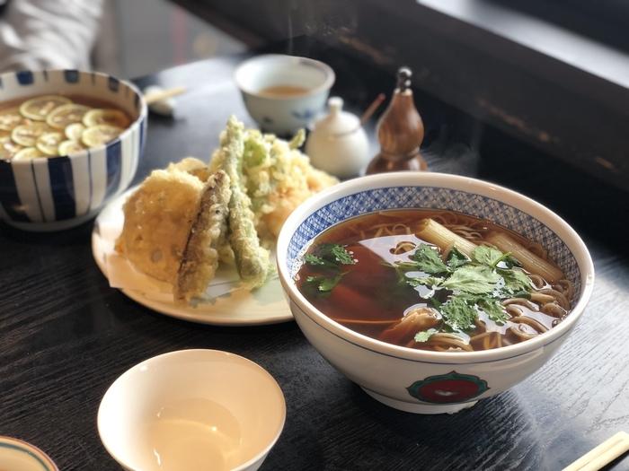 春夏秋冬いただきたいお蕎麦ですが、寒いシーズンはやはり温かいお蕎麦で体の芯から温まりたいですよね。そんな時は「ハマグリそば」がオススメです。カツオが効いたお出汁はなんとも贅沢な味わいですよ。季節の天ぷらとともに召し上がってみてくださいね。