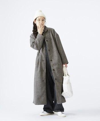 グレーのチェック柄のワイドステンカラーコートとワイドパンツのマニッシュコーデ。クラシックな雰囲気のアウターですが、ゆとりあるつくりなので、様々なコーデとも相性抜群!冬らしくニット帽を合わせて男の子っぽさも出しています。