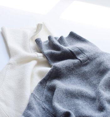 「ラムウール」とは生後5~7ヶ月前後の子羊の羊毛です。ウールよりもさらに繊維が細くてやわらかく、しなやかな肌触りと上品な光沢が特徴です。ふんわりとした優しい風合いで保温性も高いため、ニットをはじめ、マフラーやコートの裏地など様々な製品に用いられています。
