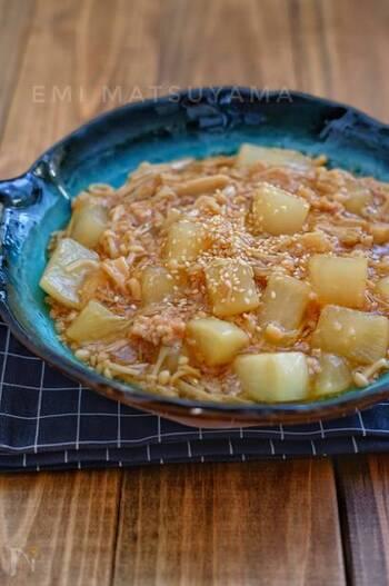 電子レンジだけで作れる、大根とえのきの簡単そぼろ煮です。めんつゆを使っているので、あっさりとした味わい。のどを通りやすいとろみ付きで、風邪のときでも食べやすいのが魅力です。
