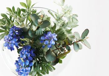 お花屋さんで売っている珍しいお花や遠い外国のお花ももちろん素敵ですが、お部屋に飾るのなら、ベランダやお庭、道端などで摘んだ、身近にある季節のお花が一番です。
