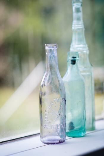 「リターナブル瓶」とは、返却、詰め替えをすることで、何度も使うことができるという環境に優しい瓶です。たとえば一升瓶やビール瓶などにおいて、古くからこうした取り組みが行われていました。  現在では、生協などでリターナブル瓶が使われています。ワンウェイ瓶を使うよりも、こうしたリターナブル瓶を選ぶよう、努力していくことが大切です。